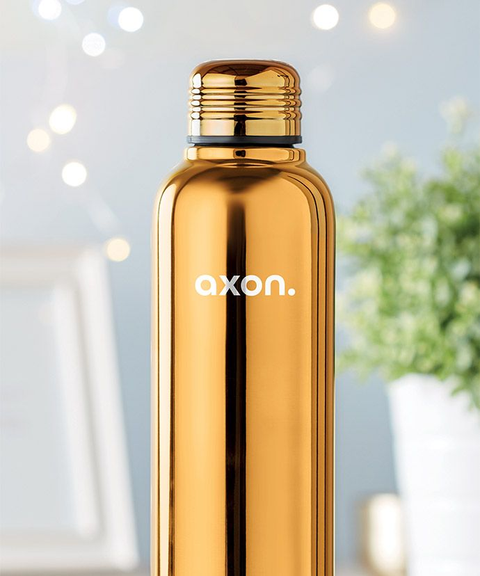 Guldfarvet termoflaske med logo med plante i baggrunden. Reklameartikel til vinteren.