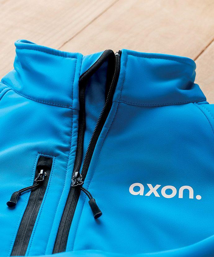 Blå jakke med trykk på et bord. Profilklær til bedrift.
